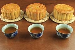 Tazza delle torte di luna e del tè Fotografia Stock