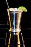 Tazza dello stagno con la bevanda raffreddata Immagini Stock