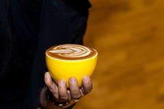 Tazza di arte del latte del coffe in caffetteria Fotografia Stock Libera da Diritti