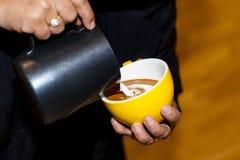 Tazza di arte del latte del coffe in caffetteria Immagine Stock