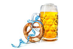 Tazza di birra bavarese con la ciambellina salata fotografia stock