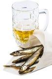 Tazza di birra con il pesce affumicato immagine stock