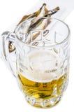 Tazza di birra con il pesce affumicato fotografie stock libere da diritti