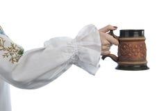 Tazza di birra della holding della mano della donna Fotografia Stock