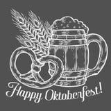 Tazza di birra di legno del mestiere, ciambellina salata, grano Più oktoberfest felice Immagine Stock Libera da Diritti