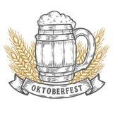 Tazza di birra di legno del mestiere, grano Annata nera più oktoberfest felice incisa disegnata a mano Fotografie Stock