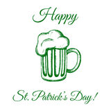 Tazza di birra nel verde Fotografia Stock