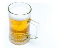 Tazza di birra in pieno di birra Fotografia Stock
