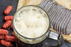 Tazza di birra scura e dello spuntino fotografie stock libere da diritti