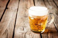 Tazza di birra sulla tavola di legno rustica d'annata - menu del pub Fotografia Stock Libera da Diritti