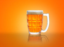 Tazza di birra/vetro con schiuma e la riflessione Immagine Stock