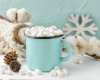 Tazza di cacao con le caramelle gommosa e molle e la decorazione di inverno fotografie stock libere da diritti