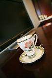Tazza di caffè al lato della TV Fotografia Stock Libera da Diritti