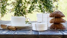 Tazza di caffè all'aperto con il sole delle palle della caramella della noce di cocco su un whi Fotografia Stock Libera da Diritti