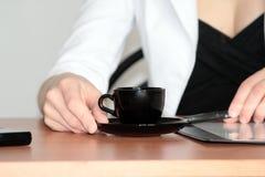 Tazza di caffè all'ufficio Fotografia Stock Libera da Diritti