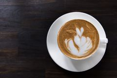 Tazza di caffè di arte del Latte con forma del cuore fotografia stock libera da diritti