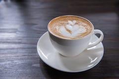 Tazza di caffè di arte del Latte con forma del cuore immagini stock