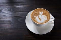 Tazza di caffè di arte del Latte con forma del cuore fotografia stock