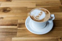 Tazza di caffè di arte del Latte sulla tavola di legno fotografia stock libera da diritti