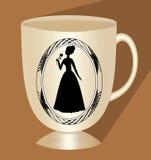 Tazza di caffè beige nostalgica con la siluetta vittoriana di signora, ceramica tradizionale, tazza 3d con ombra lunga su fondo m Immagini Stock