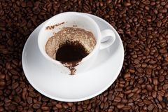 Tazza di caffè bianca agli ambiti di provenienza dei chicchi di caffè Fotografie Stock