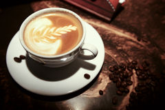 Tazza di caffè bianca con i fagioli Immagini Stock Libere da Diritti