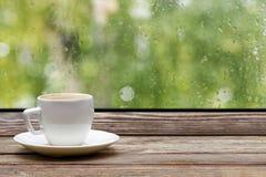 Tazza di caffè bianca sul davanzale di legno Fotografie Stock Libere da Diritti
