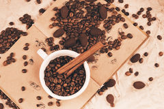 Tazza di caffè bianca sul vecchio libro Immagini Stock Libere da Diritti