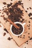 Tazza di caffè bianca sul vecchio libro di seppia Immagine Stock