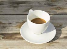 Tazza di caffè bianca sulla tavola immagini stock libere da diritti