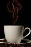 Tazza di caffè bianco con fumo rosso Fotografie Stock