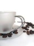 Tazza di caffè bianco con i fagioli Fotografie Stock Libere da Diritti