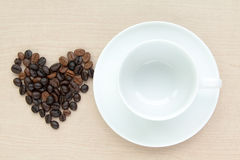 Tazza di caffè in bianco con il chicco di caffè Immagini Stock
