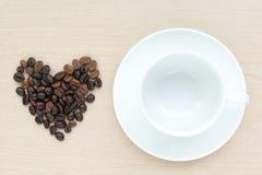 Tazza di caffè in bianco con il chicco di caffè Immagini Stock Libere da Diritti