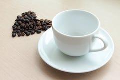 Tazza di caffè in bianco con il chicco di caffè Fotografia Stock Libera da Diritti