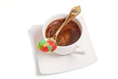 Tazza di caffè bianco con le caramelle gommosa e molle Fotografia Stock Libera da Diritti