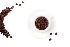 Tazza di caffè bianco, piena con i chicchi di caffè immagine stock libera da diritti
