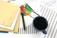 Tazza di caffè, buste, penna di ballpoint e glasse Fotografia Stock
