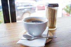 Tazza di caffè in caffetteria Fotografia Stock Libera da Diritti