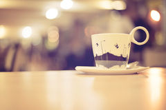 Tazza di caffè in caffetteria, immagine d'annata di effetto di stile Immagini Stock Libere da Diritti