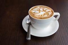 Tazza di caffè calda di arte del latte immagine stock libera da diritti