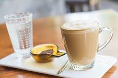 tazza di caffè calda del latte Immagini Stock Libere da Diritti