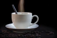 Tazza di caffè calda nel bianco su un fondo scuro Fotografie Stock