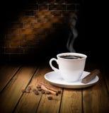 Tazza di caffè calda nera con cioccolato Immagini Stock Libere da Diritti