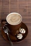 Tazza di caffè calda nera sulla tabella Immagine Stock