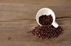Tazza di caffè calda su fondo di legno Fotografie Stock Libere da Diritti