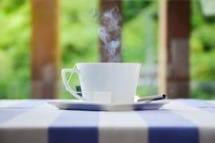 Tazza di caffè calda sulla tabella fotografia stock libera da diritti