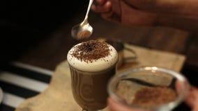 Tazza di caffè caldo con cioccolato raso e panna montata archivi video