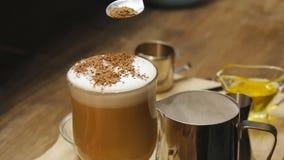 Tazza di caffè caldo con cioccolato raso e panna montata al rallentatore video d archivio