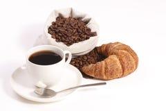 Tazza di caffè caldo con i croissants ed i fagioli Immagini Stock Libere da Diritti